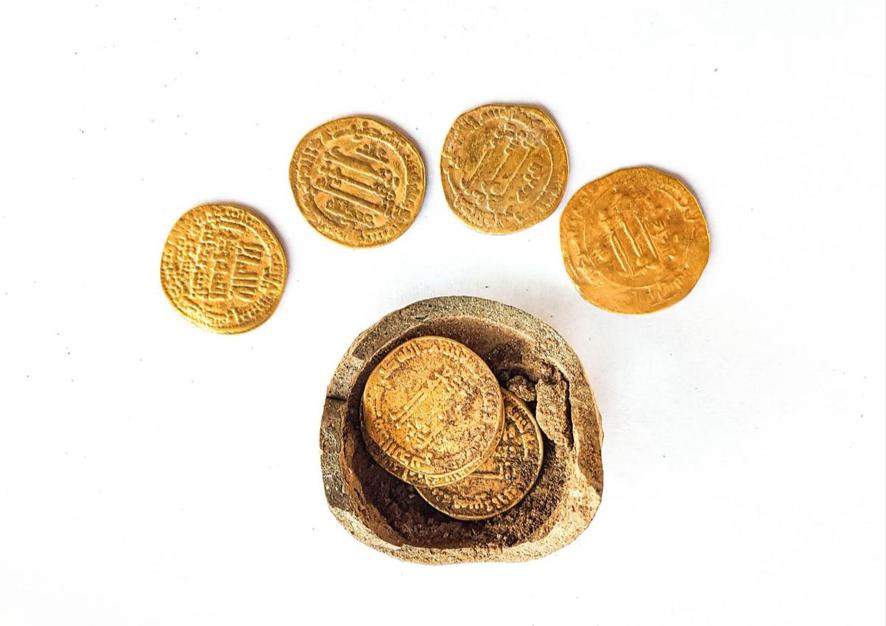 Encuentran monedas de hace 1.200 años mientras construían una casa