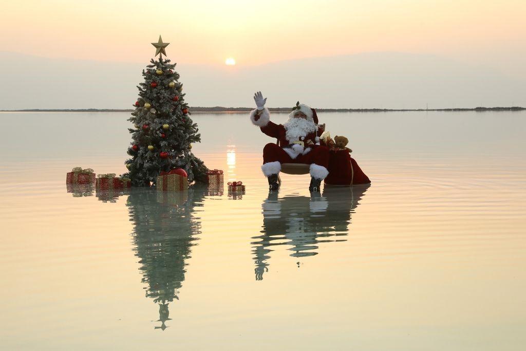 Turismo de Israel realiza una campaña navideña con Santa Claus en el mar Muerto